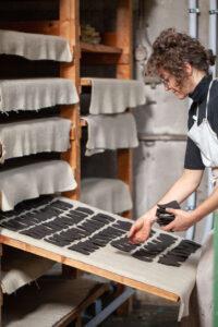 Maja v papirni delavnici PapLab ročno izdeluje papir
